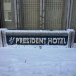 ホテルの看板の雪化粧